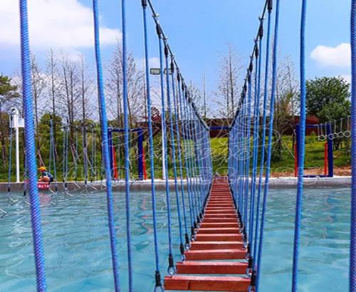 景区户外大型水上组合闯关设施,网红桥探险桥定制,吊桥浮桥游乐设备